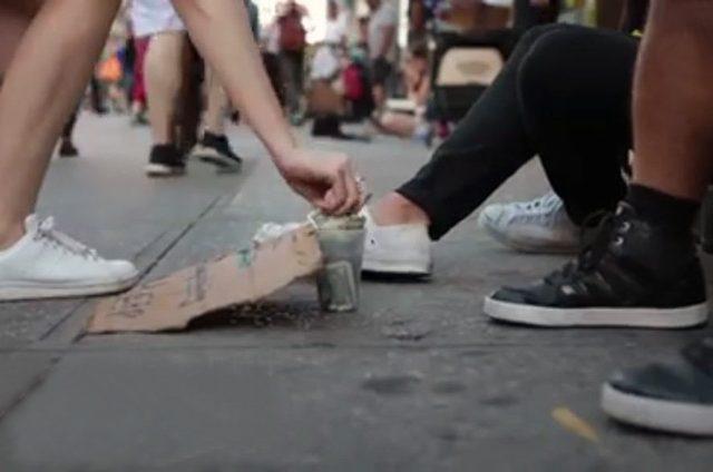 Músico toca con indigentes para que hagan + dinero